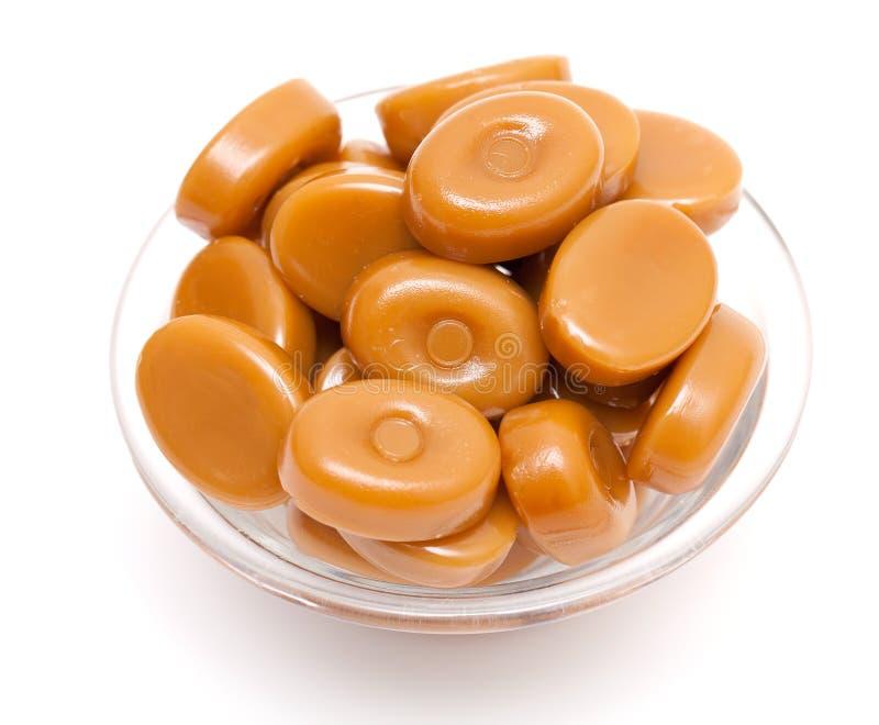 Caramelos brillantes del caramelo en un tazón de fuente de cristal imagenes de archivo
