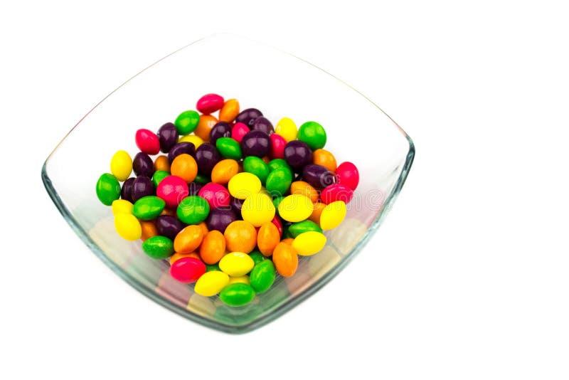 Caramelos coloreados en cuenco fotos de archivo libres de regalías