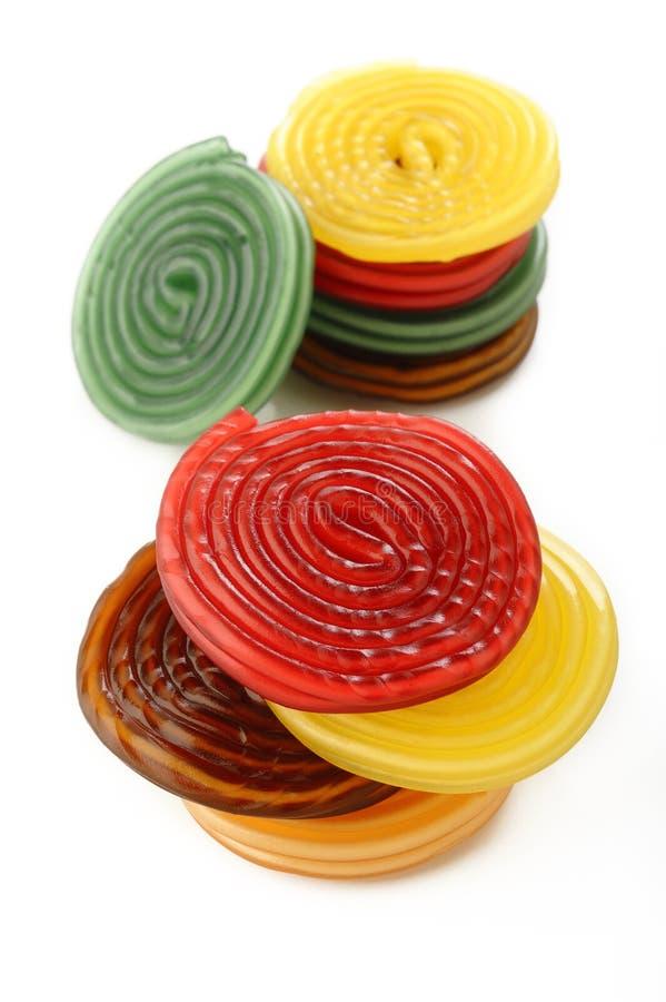 Caramelos coloridos del espiral del regaliz del regaliz en blanco imágenes de archivo libres de regalías
