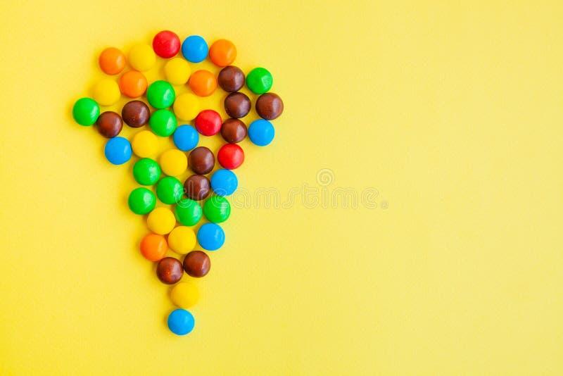 Caramelos coloridos en fondo amarillo foto de archivo libre de regalías