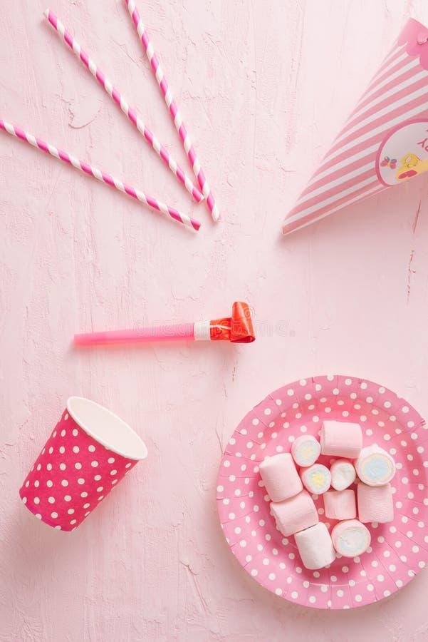 Caramelos coloridos en fondo en colores pastel de la turquesa Endecha plana, visi?n superior imágenes de archivo libres de regalías