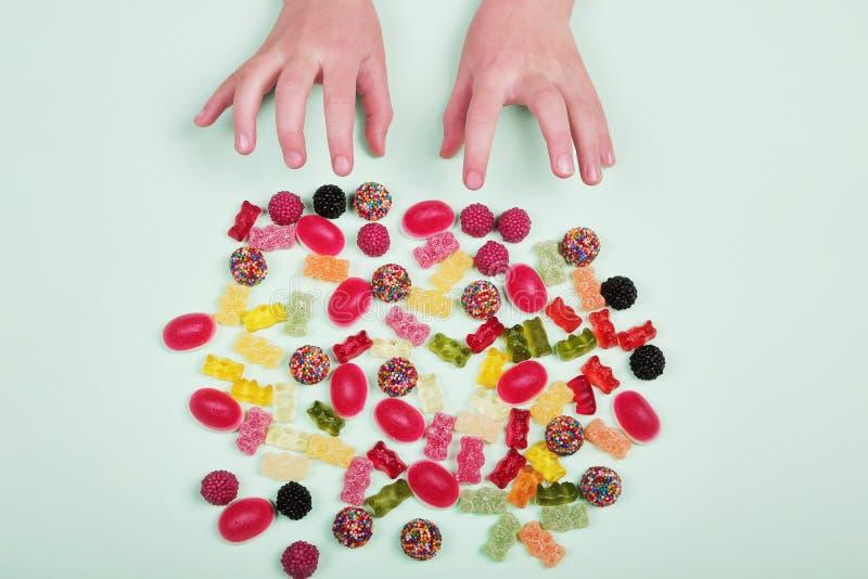 Caramelos coloridos en fondo en colores pastel de la turquesa imagenes de archivo