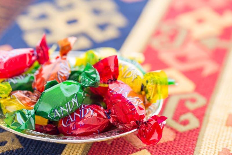 Caramelos coloridos en la alfombra turca tradicional imagen de archivo