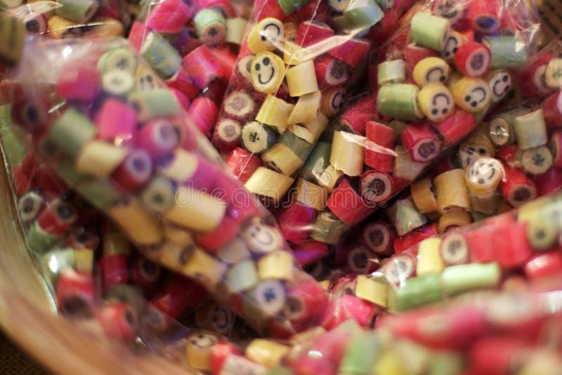 Caramelos coloridos en soporte del mercado imágenes de archivo libres de regalías