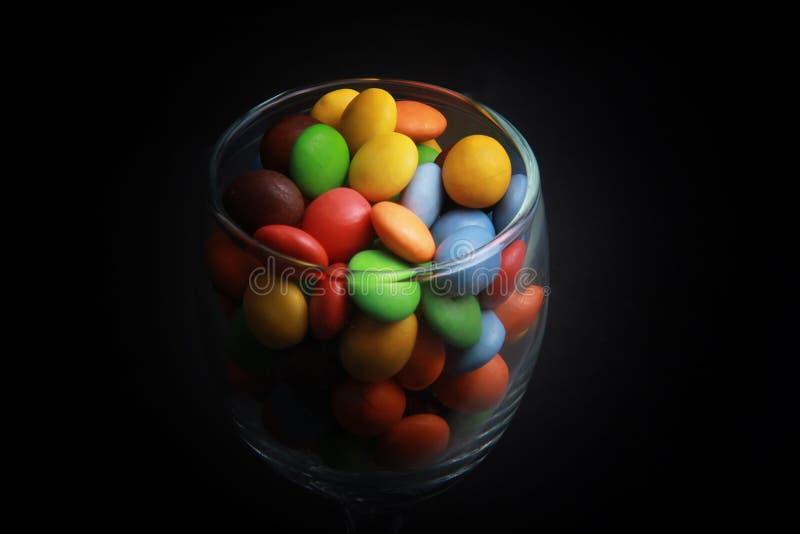 Caramelos coloridos en un vidrio imágenes de archivo libres de regalías