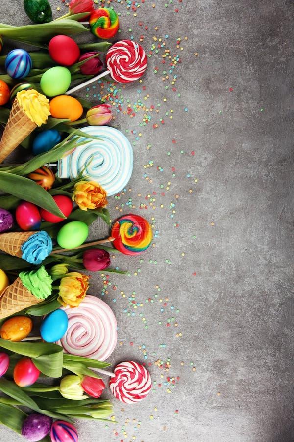 Caramelos con la jalea y el azúcar con los tulipanes y los huevos de Pascua fotografía de archivo libre de regalías
