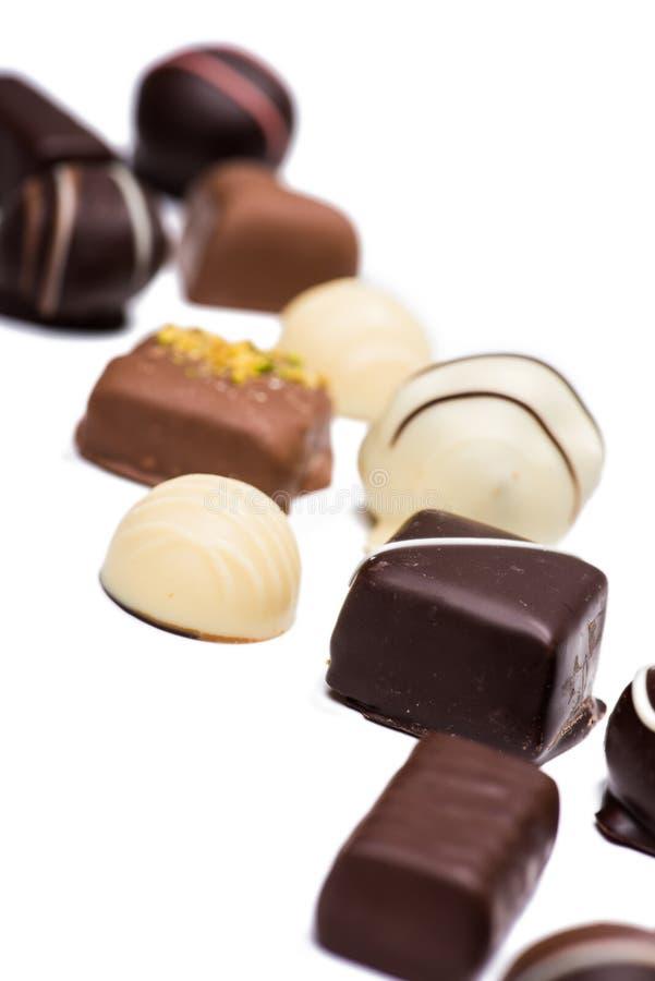 Caramelos de chocolate clasificados deliciosos aislados en blanco imágenes de archivo libres de regalías