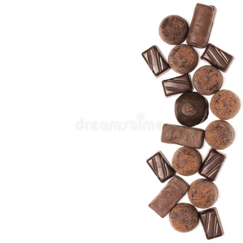 Caramelos de chocolate clasificados en blanco imagenes de archivo