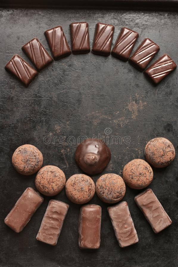 Caramelos de chocolate clasificados en fondo oscuro imagen de archivo libre de regalías