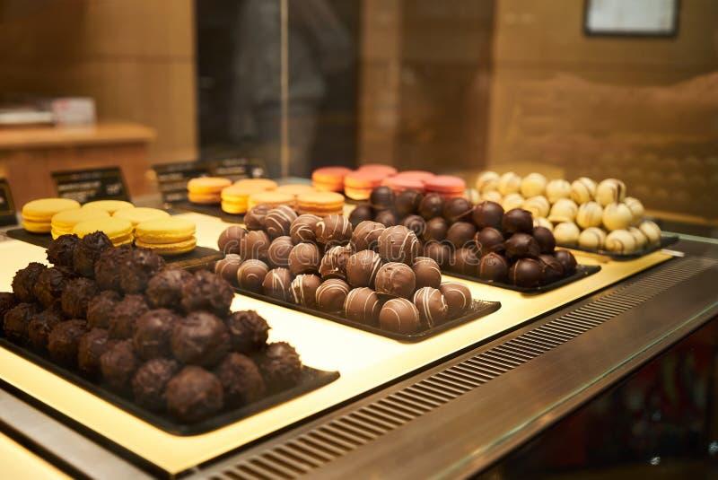 Caramelos de chocolate clasificados en una tienda de pasteles, primer imagenes de archivo