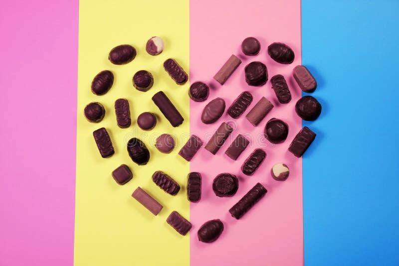 Caramelos de chocolate en fondo multicolor foto de archivo