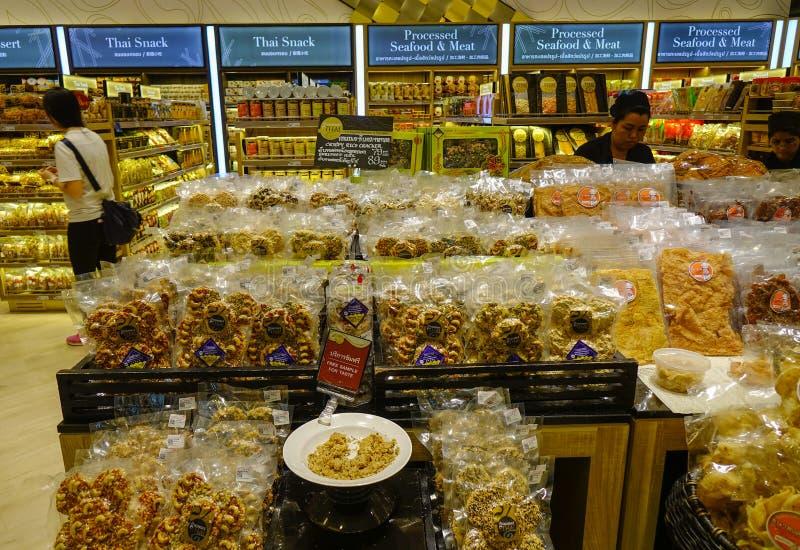 Caramelos de compra de la gente en el supermercado foto de archivo libre de regalías