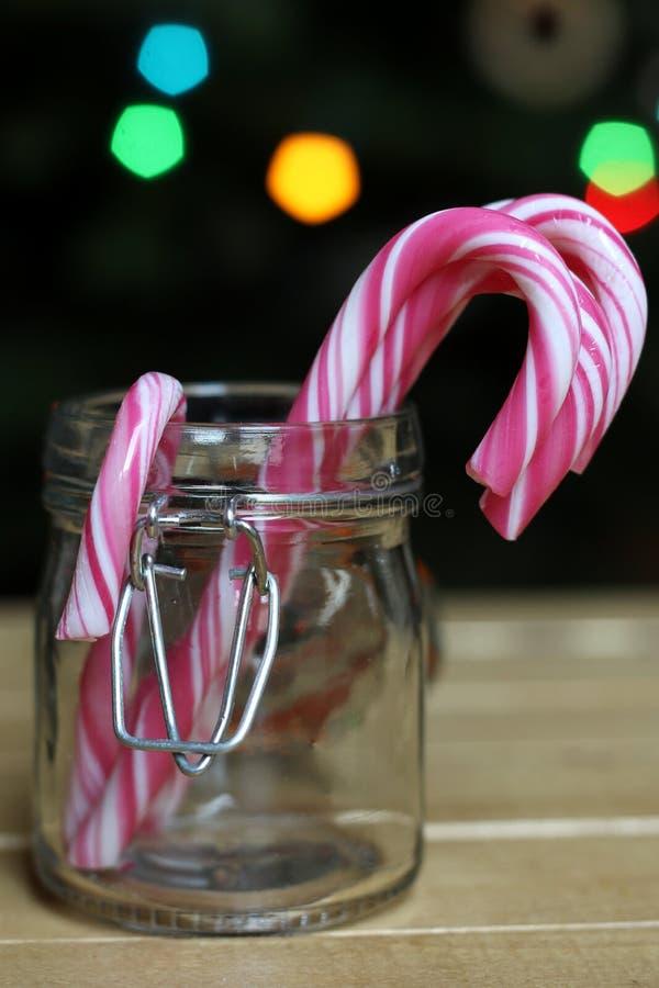 Caramelos de la Navidad en un tarro de los glas imagen de archivo libre de regalías