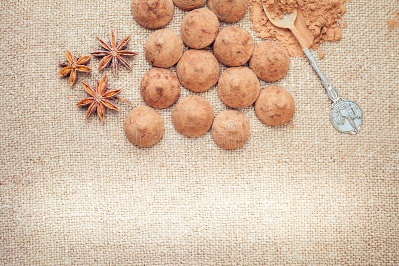 Caramelos de las trufas de chocolate en un fondo de la textura del bolso de arpillera fotografía de archivo libre de regalías