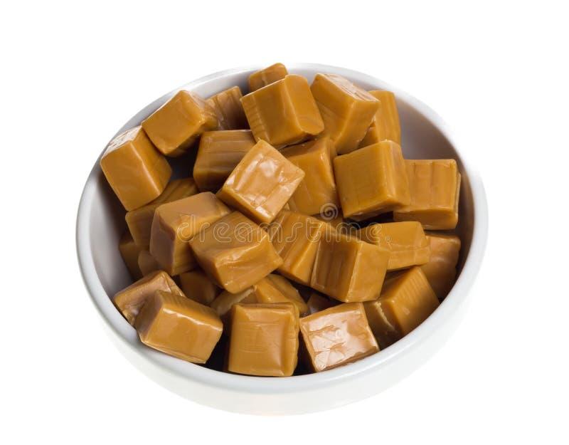 Caramelos dulces en el tazón de fuente blanco imagenes de archivo