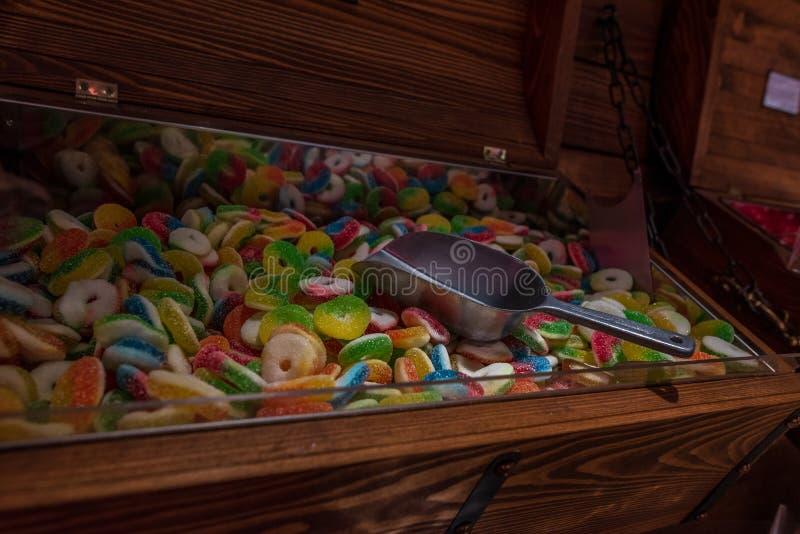 Caramelos Variedad de caramelo en un mercado Diverso de los caramelos de azúcar coloridos con una cucharada fotos de archivo libres de regalías