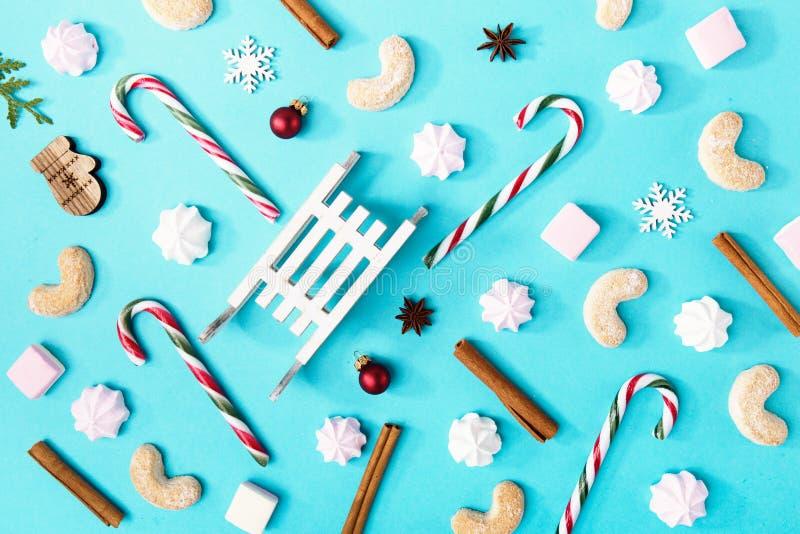 Caramelos y dulces de la Navidad en azul imagen de archivo