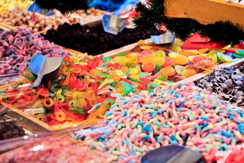 Caramelos y dulces en un mercado italiano imagen de archivo