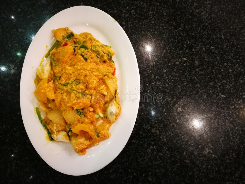 Caranguejo fritado no caril amarelo ou caranguejo salteado no pódo curryimagens de stock
