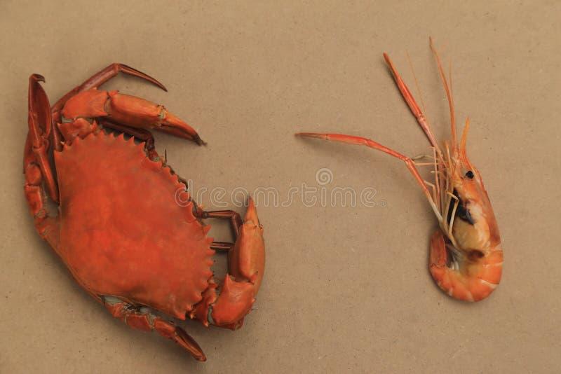 Caranguejos cozinhados grandes e camarão grelhado roasted fotografia de stock royalty free