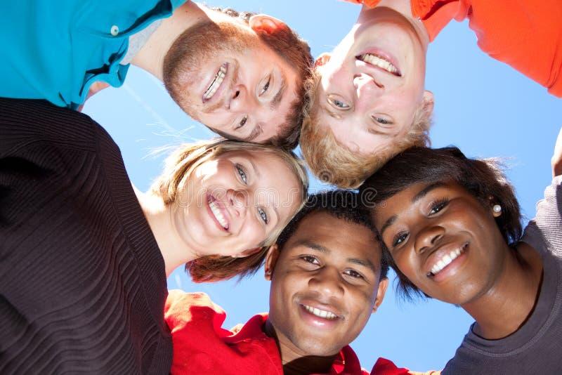 Caras de estudiantes universitarios multirraciales sonrientes fotografía de archivo libre de regalías