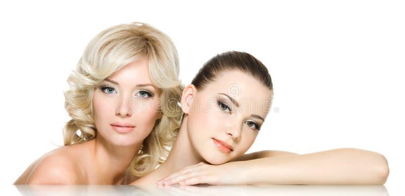 Caras de la sensualidad de dos mujeres jovenes hermosas foto de archivo libre de regalías
