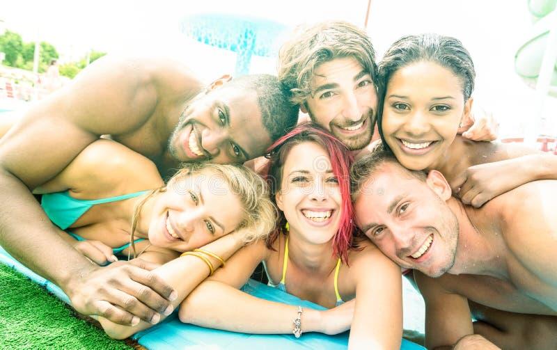 Caras de los mejores amigos que toman el selfie en la fiesta en la piscina de la natación - Hap imágenes de archivo libres de regalías
