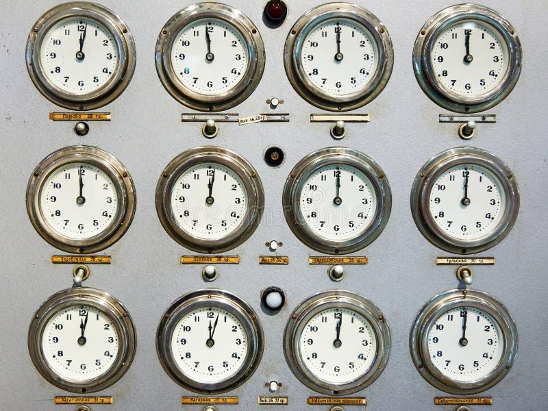 Caras de reloj retras en el panel de control del tren fotos de archivo