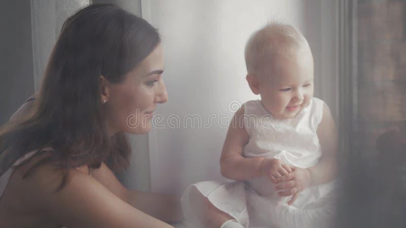 Caras de risa de la familia feliz, madre que celebra al bebé adorable del niño, sonriendo y abrazando, frontera ascendente cercan fotografía de archivo