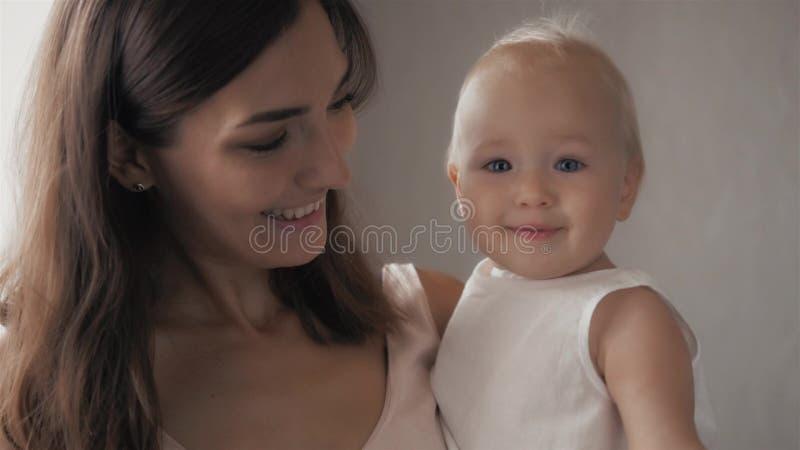 Caras de risa de la familia feliz, madre que celebra al bebé adorable del niño, sonriendo y abrazando, frontera ascendente cercan imagenes de archivo