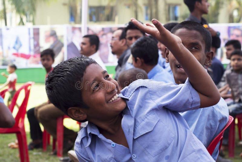 Caras de sorriso, jovens crianças que sorriem e que têm o divertimento da parte rural de Bangladesh imagem de stock royalty free