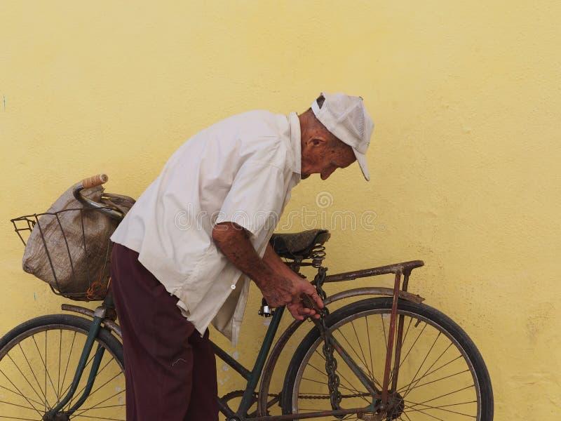 Caras do ancião de Cuba e com bicicleta fotografia de stock royalty free