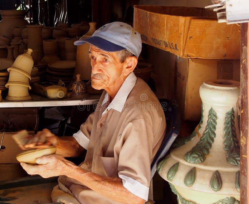 Caras do homem de Cuba que fazem a cerâmica em Trinidad fotografia de stock royalty free