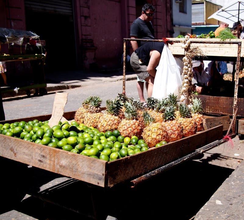 Caras do vendedor do carro do fruto de Cuba foto de stock royalty free