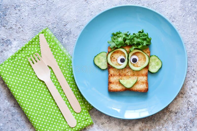 Caras engraçadas - almoço para a criança Sandu?che com vegetais Vista de acima fotografia de stock royalty free