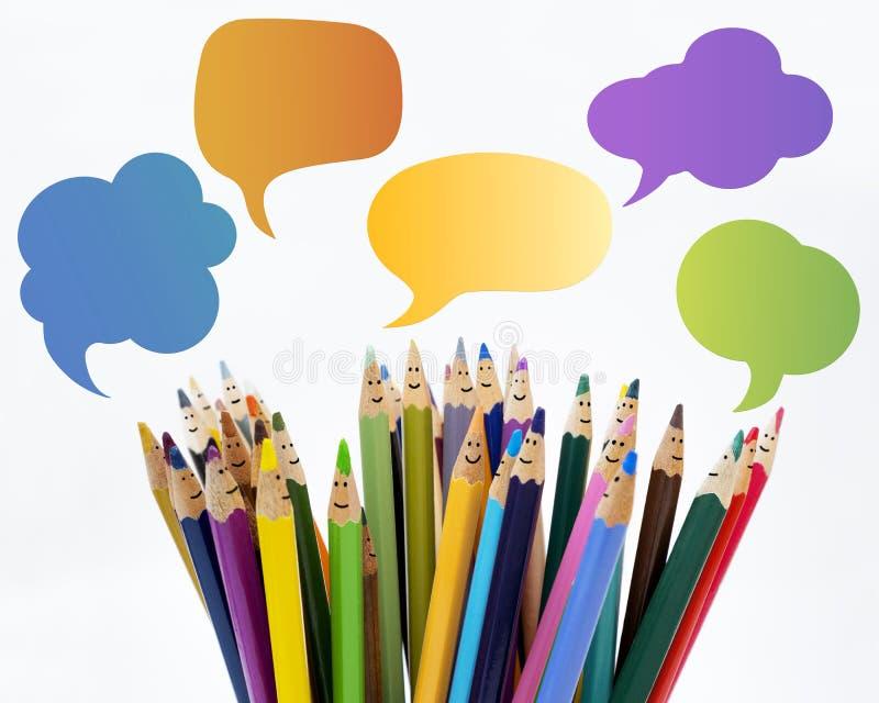 Caras engraçadas coloridas dos lápis do sorriso dos povos Grupo de pessoas do di?logo Fala da multid?o Fala do grupo de pessoas R fotografia de stock royalty free