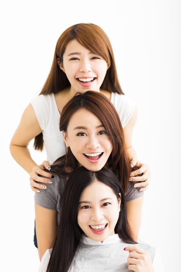 caras felices de las mujeres jovenes que miran la cámara foto de archivo libre de regalías