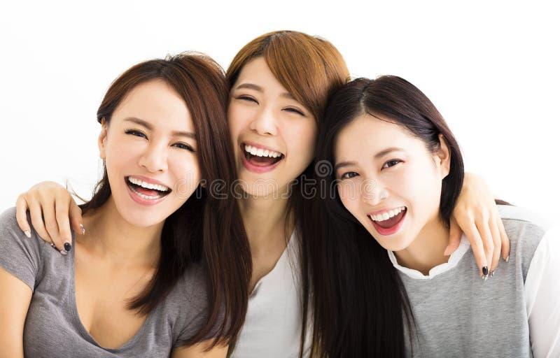 caras felices de las mujeres jovenes que miran la cámara imagen de archivo libre de regalías