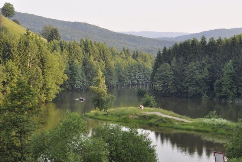 Caras-Severin, 6月13日:Semenic山的湖从Caras-Severin县在罗马尼亚 免版税库存图片