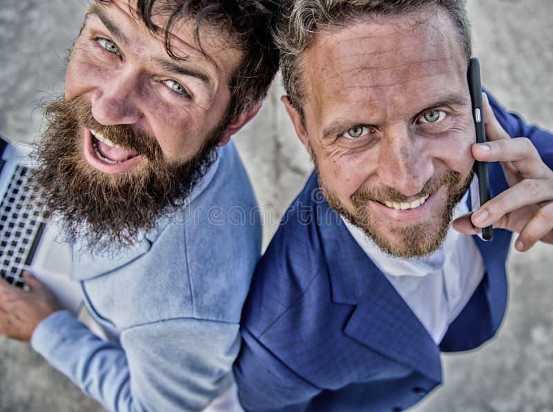 Caras sonrientes de los hombres de negocios o de los abogados Los hombres del equipo de los socios retroceden para apoyar Respues imágenes de archivo libres de regalías
