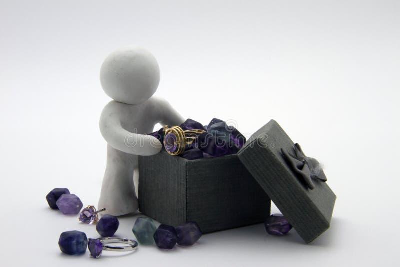 Carattere della plastilina e contenitore di gioielli fotografia stock libera da diritti