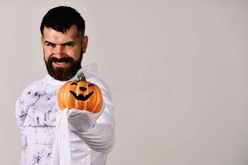 Carattere di Halloween in costume del fantasma Uomo con il sorriso diabolico fotografia stock
