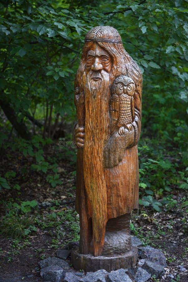 Carattere di legno scolpito slavo dalle fiabe russe La Russia verticale immagini stock libere da diritti