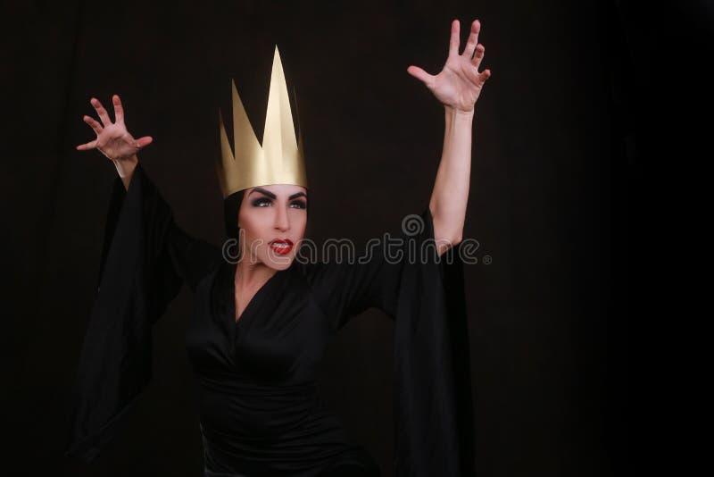 Carattere scuro del furfante di fantasia che indossa corona dorata fotografie stock libere da diritti
