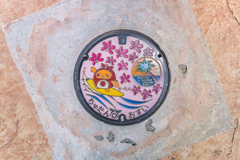 Carattere sveglio del surfista chiitan su una botola rosa sulla passeggiata della spiaggia del villaggio americano fotografie stock libere da diritti