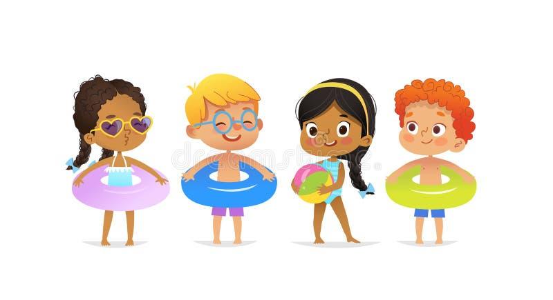 Caratteri della festa in piscina I ragazzi multirazziali e le ragazze che indossano i vestiti e gli anelli di nuoto si divertono  illustrazione di stock