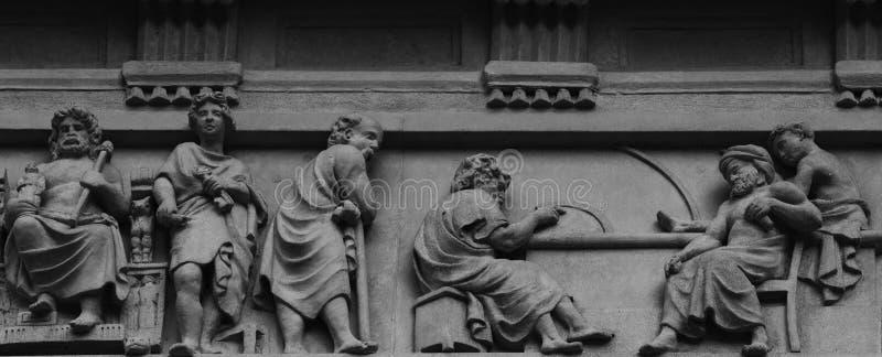 Caratteri storici rappresentativi sulla facciata fotografia stock