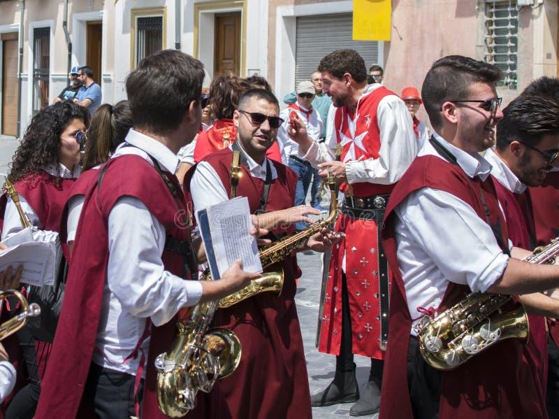 Caravaca de la Cruz, España, el 2 de mayo de 2019: Banda en la procesión en Los Caballos Del Vino y x28; Caballos del vino imagen de archivo libre de regalías