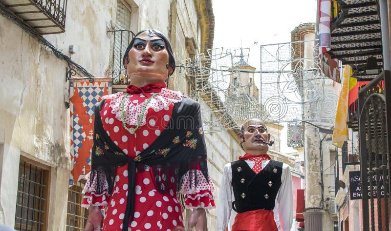Caravaca de la Cruz, Spanien am 2. Mai 2019: Giants-Parade an der Festlichkeit Caballos Del Vino oder Pferde des Weins lizenzfreie stockbilder