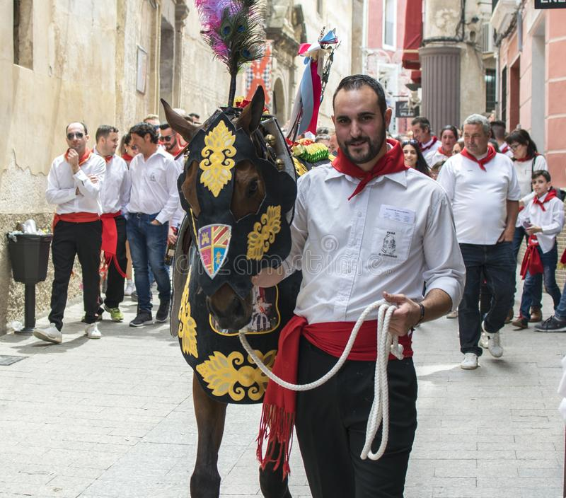 Caravaca de la Cruz, Spanien, am 2. Mai 2019: Pferd, das bei Caballos Del Vino vorgef?hrt wird stockfotografie